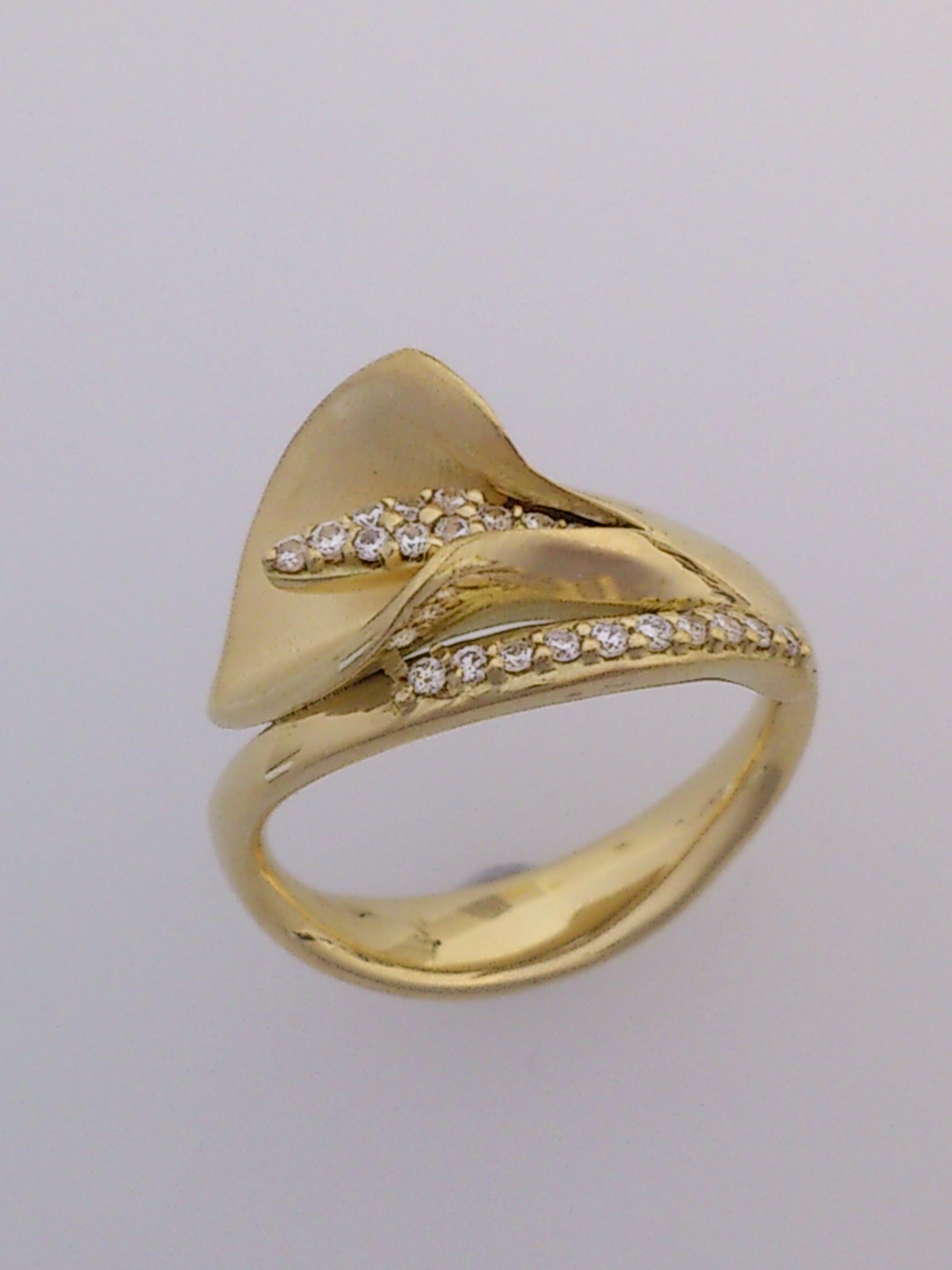 gold and diamond lily ring